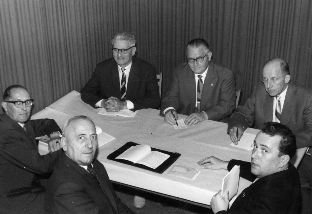 unten Mitte und rechts: Wilhelm Hofinger, Dr. Heinz Jaeger (BDPh) oben links und rechts: Franz Pfenninger, Hans Hunziker (AIEP) 1961.jpg