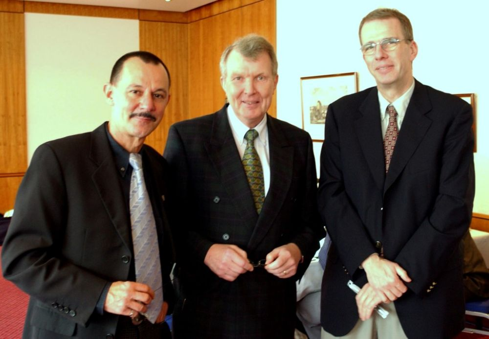 von links: Carl-Heinz Schulz (APHV), Dr. Hans-Karl Penning, Hans-Joachim Schwanke (BDB), 2002.jpg