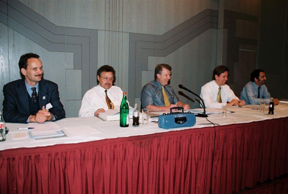 von links: Dr. Michael Jasch, Dr. Helmut Oechsner, Dr. Hans-Karl Penning, Hans-Dieter Schlegel, Dr. Jobst von Heintze, neuer Vorstand 1999.jpg
