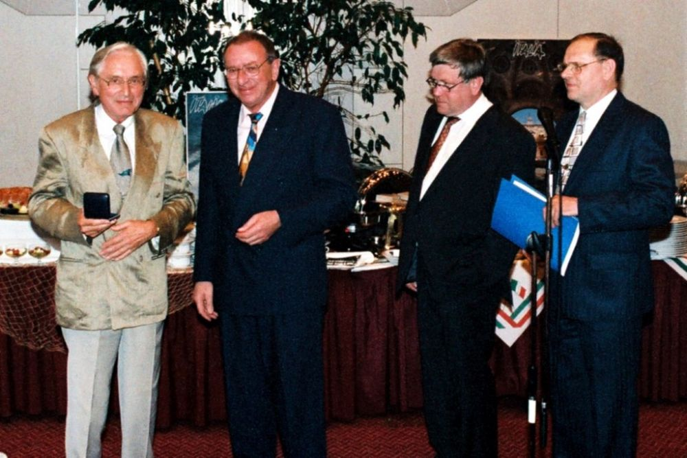 von links: Hans-Georg Schlegel, Guenter Bechtold, Volker Parthen (BDB), Wilhelm van Loo, Koehler-Preis 1996.jpg
