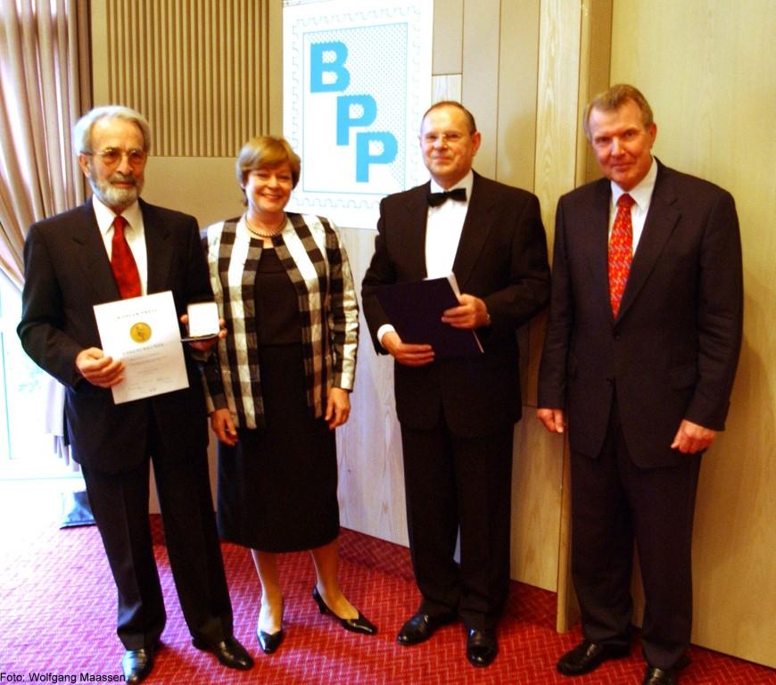 von links: Paolo Vollmeier, Claudia Parthen, Wilhelm van Loo, Dr. Hans-Karl Penning, Koehler-Preis 2002.jpg