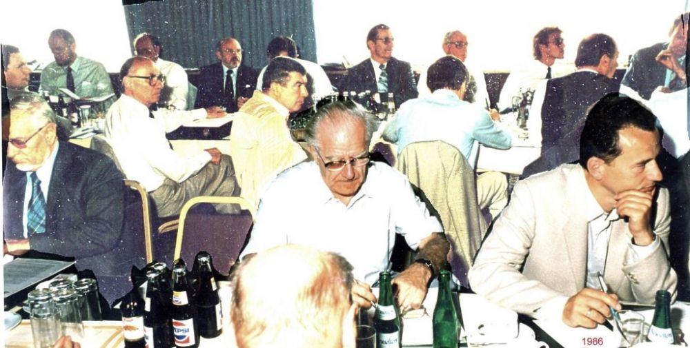 vor Mitte und rechts: Alfred Lippschuetz, Florian Berger, 1986.jpg