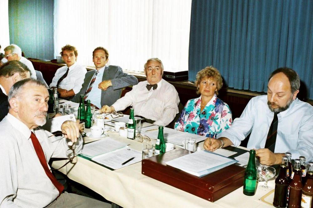 vorne links: Friedrich Spalink, rechte Tischreihe von links: Andreas Schlegel, Rolf Tworek, Hans-Waldemar Vespermann, Maria Brettl, Jochen Heddergott, 1986.jpg